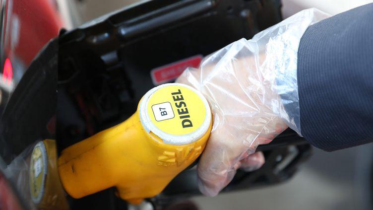 Dans une station Total d'Alfortville (Val-de-Marne), le prix du litre de gazole s'établit ainsi à 1,643 euros, contre 1,609 pour le sans-plomb 95. (MAXPPP)