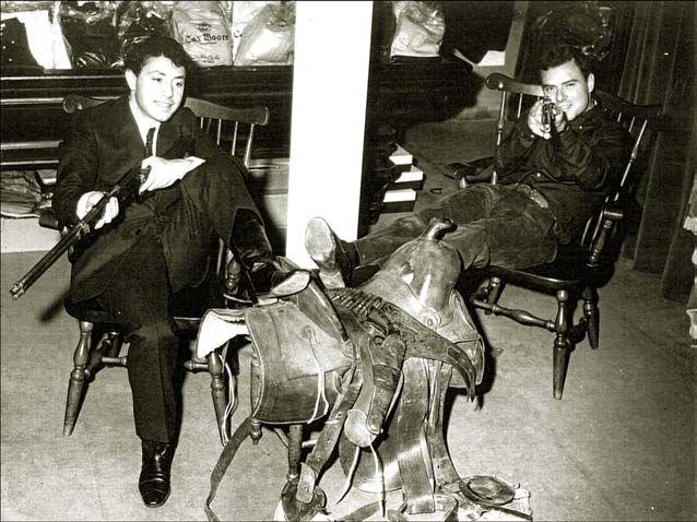 Les frères Renoma, Maurice et Michel, dans la boutique White House - Renoma, le 23 octobre 1963.  (Archives Renoma)