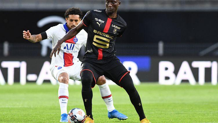 Serhou Guirassy (Rennes) face à Marquinhos (Paris-Saint Germain) le dimanche 9 mai 2021. (FRED TANNEAU / AFP)