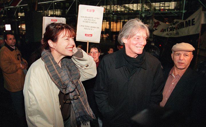 André Glucksmann et Jane Birkin lors d'une manifestation contre la venue en France du président russe Vladimir Poutine en 2000 et en soutien au peuple tchétchène.   (EMMANUEL PAIN / AFP)