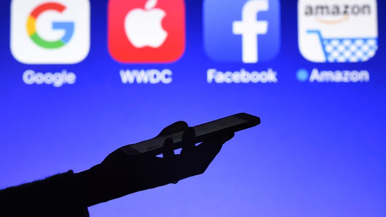 Le souhait de la Commission européenne est de taxer les GAFA (Google, Apple, Facebook, Amazon).Photo d'illustration. (DAMIEN MEYER / AFP)