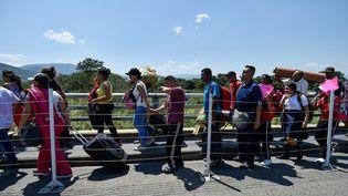 La file d'attente pour franchir le pont Simon Bolivar entre le Venezuela et la Colombie, le 15 février 2019. (LUIS ROBAYO / AFP)