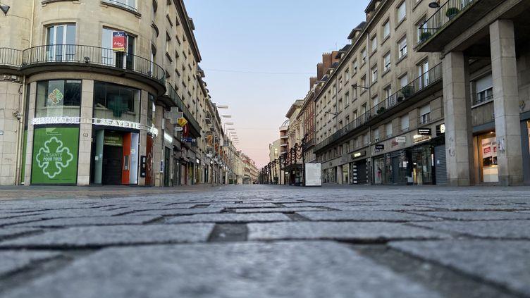 Rues vides dans le centre-ville d'Amiens, le 31 mars 2020. (MARC BERTRAND / RADIOFRANCE)