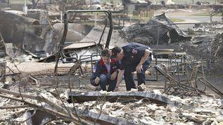 Le Premier ministre canadien, Justin Trudeau, inspecte les quartiers dévastés par l'incendie, le 13 mai 2016 à Fort McMurray (Canada) (REUTERS)