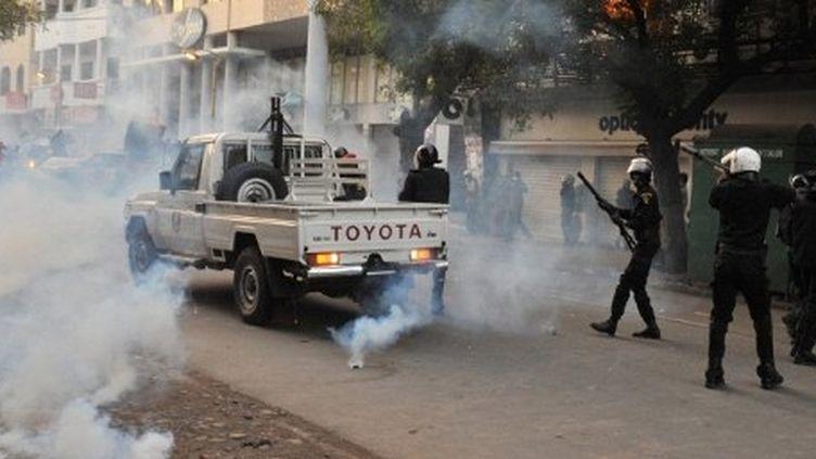Affrontements à Dakar entre forces de l'ordre et manifestants le 21 février 2012 (AFP - ISSOUF SANOGO )