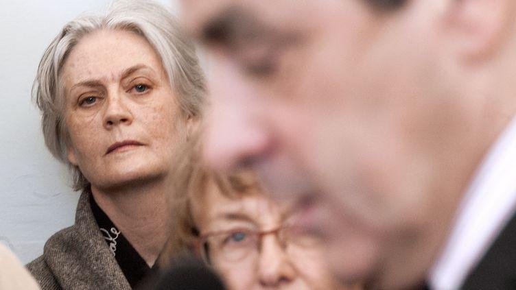 Penelope Fillon regarde son mari lors d'une réception à la mairie, à Sablé-sur-Sarthe (Sarthe), le 10 décembre 2010. (JEAN-FRANCOIS MONIER / AFP)