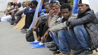 Des migrants africains attendent à Vintimille (Italie), à la frontière française, le 12 juin 2015. (JEAN-CHRISTOPHE MAGNENET / AFP)