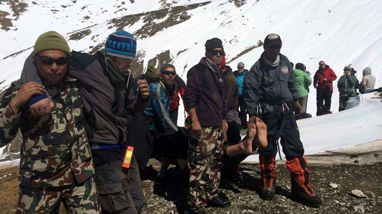 (Appuyés par l'armée, les secours népalais ont découvert samedi 11 nouveaux corps de victimes de la tempête © Maxppp)
