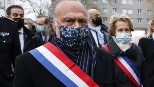 Olivier Dassault et la maire de Beauvais, Caroline Cayeux; à Beauvais, le 5 mars 2021. (LUDOVIC MARIN / AFP)
