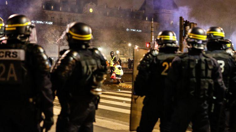 """Des CRS interviennent place de la République à Paris, au soir d'une mobilisation violente des """"gilets jaunes"""", le 8 décembre 2018. (LAURE BOYER / HANS LUCAS / AFP)"""