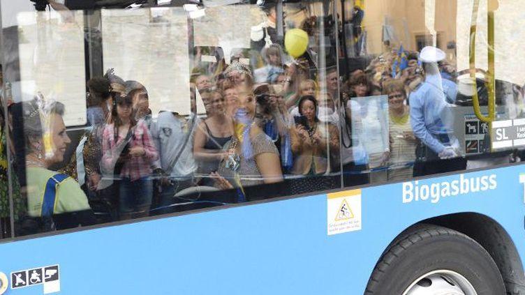 La princesse Victoria de Suède à bord d'un bus qui roule au biogaz, le 8 juin 2013, à Stockholm. (JONATHAN NACKSTRAND / AFP)