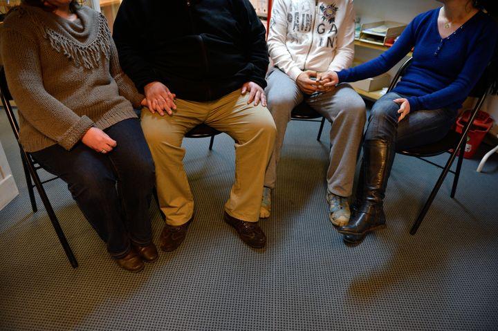 Les parents de deux des trois nourrissons morts début décembre contaminés à l'hôpital de Chambéry, lors d'une interview, le 3 janvier 2014 à Grenoble. (PHILIPPE DESMAZES / AFP)