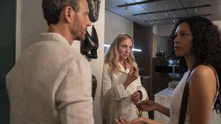 Sivan Alyra Rose dans le rôle de l'adolescente greffée, et Uma Thurman et Tony Goldwynle, le couple de parents qui lui ont donné le coeur de leur fille décédée. (Ursula Coyote/ Netflix)