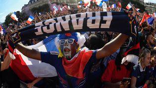 """Supporter français dans un """"fan zone"""" lors du match France - Belgique, lors de la Coupe du Monde 2018, à Paris le 10 juillet 2018. (ERIC FEFERBERG / AFP)"""