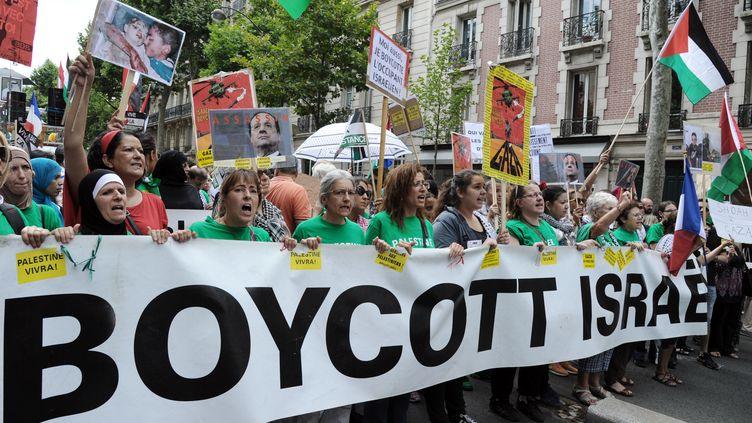 """Une banderole """"Boycott Israël"""" est arborée durant une manifestation pro-palestinienne à Paris, le 2 août 2014. (DOMINIQUE FAGET / AFP)"""