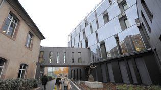 Des personnes marchent entre deux bâtiments de l'Ecole nationale d'administration, à Strasbourg, le 7 novembre 2011. (PATRICK HERTZOG / AFP)