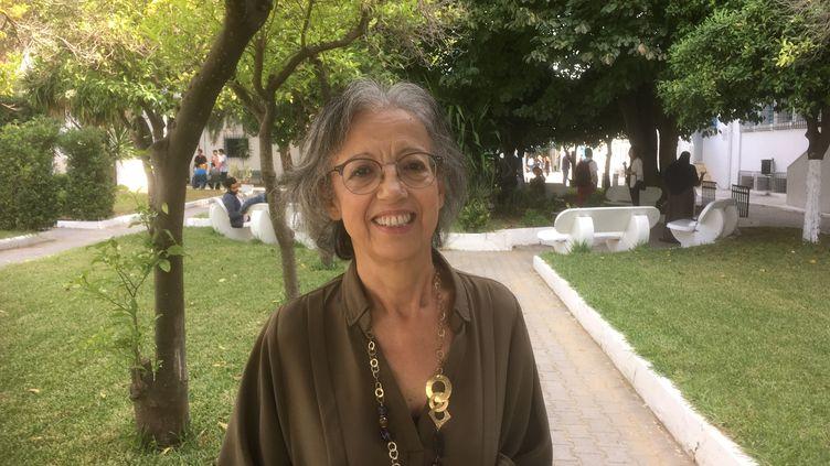 La professeure de droit Rachida Ennaifer dans les jardins dela faculté des sciences juridiques, politiques et sociales de Tunis, le 16 octobre 2019. (FTV - Laurent Ribadeau Dumas)
