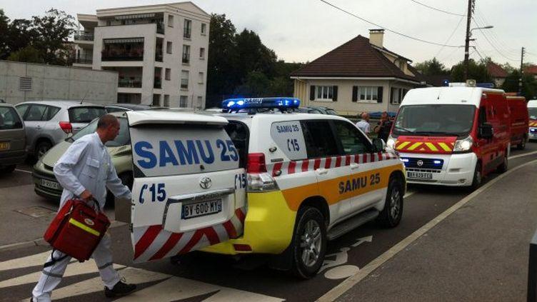 Les secours interviennent après une course-poursuite qui a fait une dizaine de blessés, mardi 1er octobre 2013. (FABIENNE LE MOING / FRANCE 3 FRANCHE-COMTE)