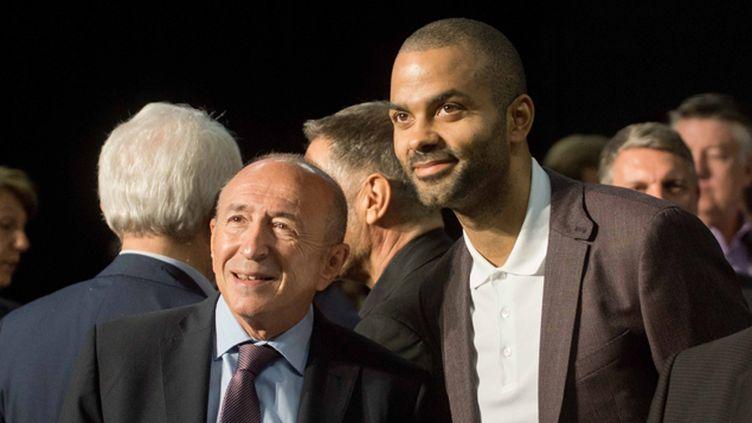 (Tony Parker (à droite) présente son projet en compagnie de Gérard Collomb (à gauche), maire de Lyon © MaxPPP)