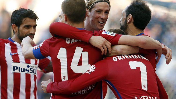Fernando Torres félicité par Antione Griezmann, Gabi et Juanfran (PAU BARRENA / AFP)