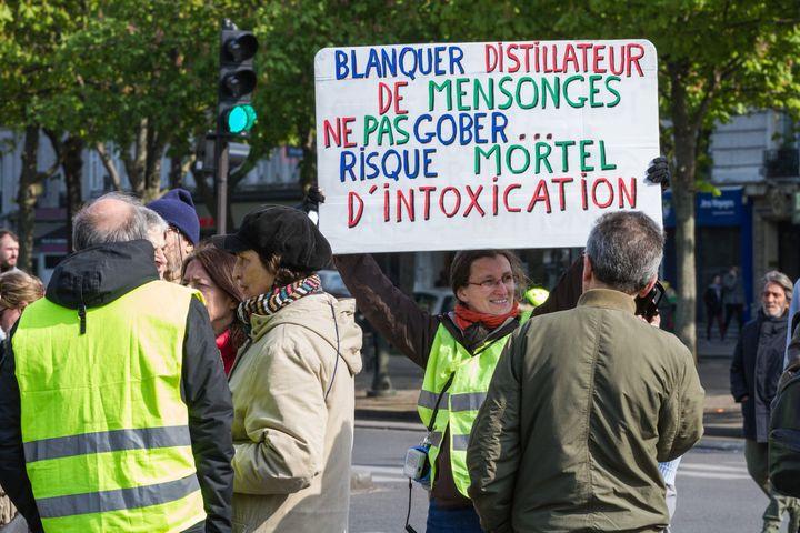 """L'enseignante, militante syndicaleet """"gilet jaune"""" mise en cause, ici lors de la manifestation des """"gilets jaunes"""" du 13 avril 2019 à Paris. (AMAURY CORNU / HANS LUCAS / AFP)"""