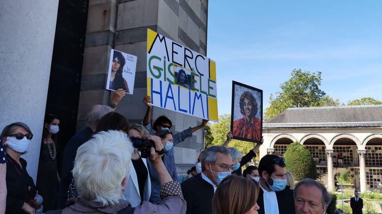 Une centaine de personnes sont venues rendre un dernier hommage à Gisèle Halimi lors de ses obsèques au Père-Lachaise, le 6 août 2020 à Paris. (LEO TESCHER / RADIOFRANCE)