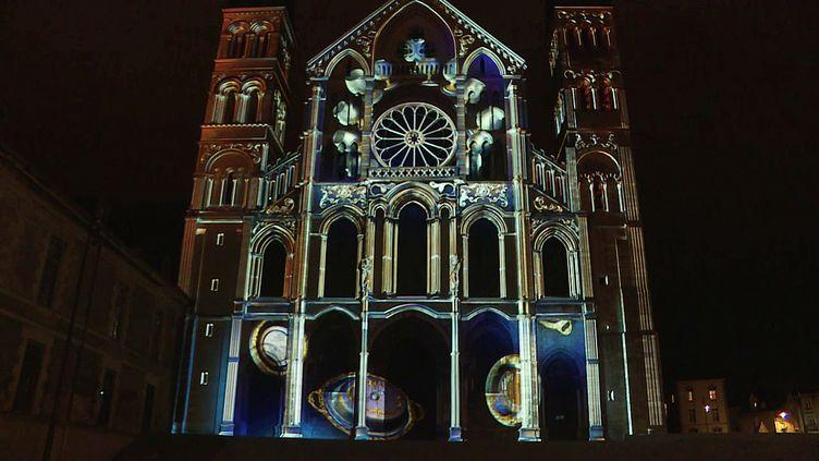 """La basilique Saint-Remi de Reims métamorphosée par le jeu de lumière du spectacle multimédia """"Regalia"""" (France 3 Grand Est)"""