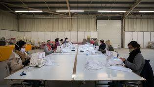 A la Teste de Buch (Gironde), une entreprise de fabrication qui produit près de 25 000 masques de protection par jour, le 21 avril 2020. (LAURENT PERPIGNA IBAN / HANS LUCAS)