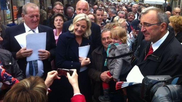 Marine Le Pen dans les rue de Fougères (Ille-et-Villaine), le 26 octobre 2013. (ISABELLE RETTIG / FRANCE 3 BRETAGNE)
