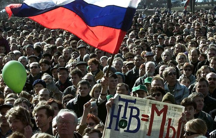 Vague de protestation en Russie pour soutenir la chaîne indépendante NTV - ici, à St-Pétersbourg, le 8 avril 2001. Sur la banderole : «NTV, c'est nous». (Reuters)