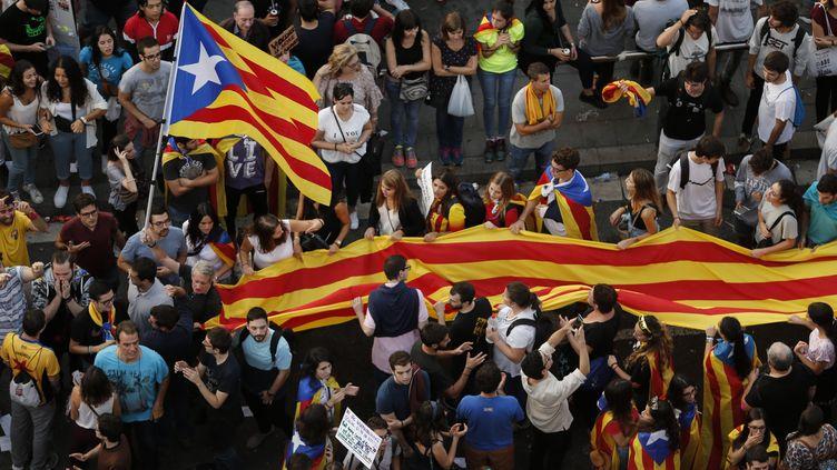 Des manifestants se sont rassemblés sur la place de l'Université, à Barcelone (Catalogne, Espagne), le 3 octobre 2017. (PAU BARRENA / AFP)