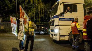 Des syndicalistes de la CGT bloquent le port de Lille (Nord), le 12 septembre 2017. (JULIEN PITINOME / NURPHOTO)