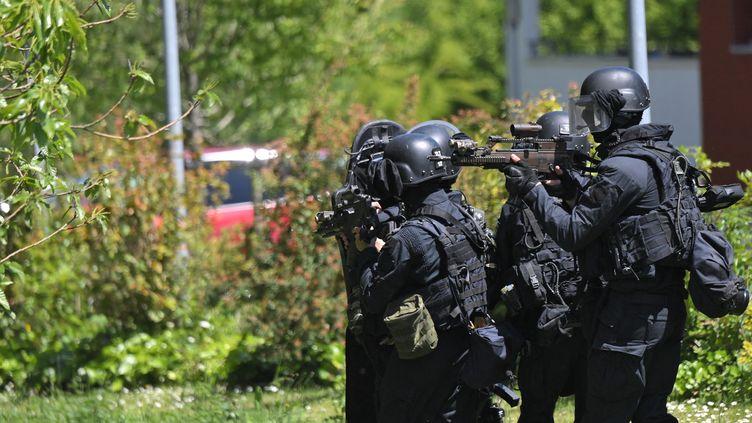Les gendarmes du GIGN à la Chapelle-sur-Erdre, après l'attaque au couteau contre une policière municipale vendredi 28 mai. (LOIC VENANCE / AFP)