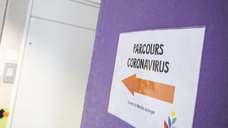 Un panneau destiné à la prise en charge des patients atteints du coronavirus Covid-19 dans un hôpital de Grasse (Alpes-Maritimes), le 9 mars 2020. (FREDERIC DIDES / HANS LUCAS / AFP)