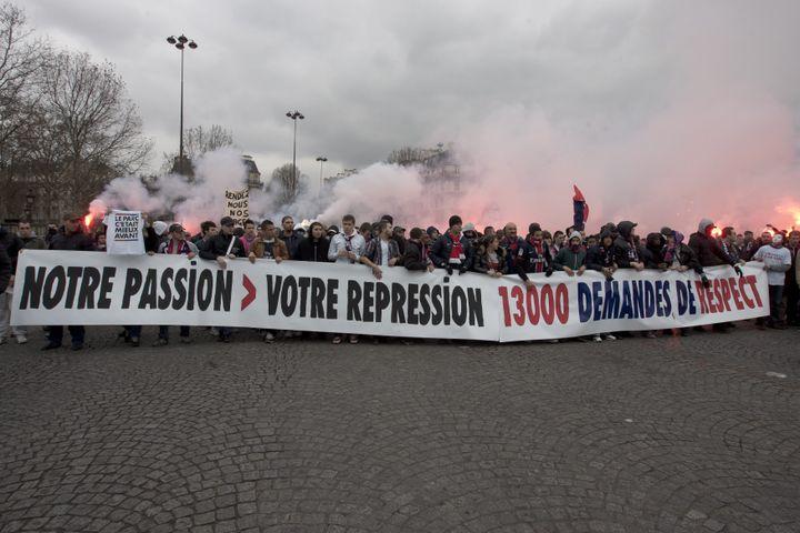 Des supporters parisiens manifestent contre le plan Leproux, qui prive de Parc des Princes 13 000 ultras, selon eux, le 13 mars 2013, à Paris. ( MAXPPP)