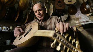 Antoun Tawil, un des derniers artisants luthiers de Syrie, fabrique des ouds dans son minuscule atelier de Damas.  (LOUAI BESHARA / AFP)