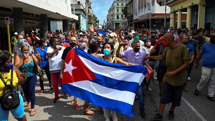 Des manifestants défilent pour protester contre le gouvernement, dans les rues de La Havane, à Cuba, le 11 juillet 2021. (YAMIL LAGE / AFP)