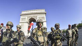 Des militaires français participent au défilé du 14-Juillet sur les Champs-Elysées à Paris, le 14 juillet 2017. (CHRISTIAN LIEWIG / POOL / REA)