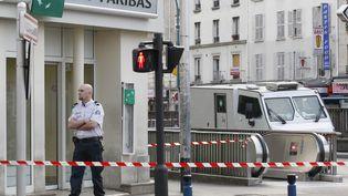 Des convoyeurs de fonds ont été braqués devant une agence BNP Paribas à Aubervilliers (Seine-Saint-Denis), lundi 4 juin 2012. (THOMAS SAMSON / AFP)