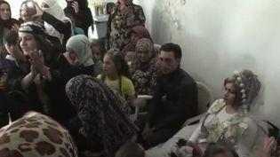 La vie revient progressivement à Raqqa, en Syrie. Alors que cet ancien fief de l'État islamique vient d'être libéré des djihadistes, un mariage haut en couleur a pu avoir lieu. (FRANCE 2)