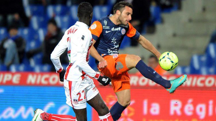 Le joueur de Montpellier Seta Tuilevuka s'échappe à la tenaille toulonnaise