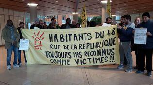 Rassemblement des anciens habitants de l'immeuble du 48 rue de la Républiquede Saint-Denis, jeudi17 novembre dans les locaux du ministère de la Justice, à Aubervilliers (Seine-Saint-Denis). (FRANCE BLEU PARIS / TWITTER / RADIOFRANCE)