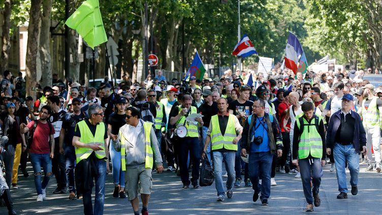 """Des """"gilets jaunes"""" défilent à Paris, samedi 1er juin 2019. (FRANCOIS GUILLOT / AFP)"""