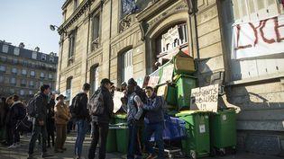 Le lycée Arago, à Paris, est bloqué par des lycéens mobilisés contre la loi Travail, le 17 mars 2016. (ETIENNE LAURENT / EPA / AFP)