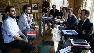 Les responsables de l'Unef face à Manuel Valls, Myriam El Khomri et Emmanuel Macron, vendredi 11 mars à Matignon. (THOMAS SAMSON / AFP)