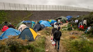 """Plusieurs milliers de migrants vivent à Calais dans la """"nouvelle jungle"""" en attendant de passer au Royaume-Uni. (PHILIPPE HUGUEN / AFP)"""