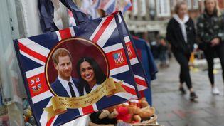 Des objets souvenir à l'effigie du Prince Harry et de Meghan Markle, à Londres, le 28 mars 2018. (DANIEL LEAL-OLIVAS / AFP)