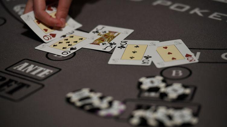 Table de poker dans un casino (illustration). (LIONEL BONAVENTURE / AFP)