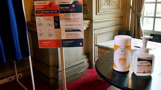Des produits de nettoyage et des instructions sanitaires sont installés en prévision des élections municipales à Bordeaux. (GEORGES GOBET / AFP)