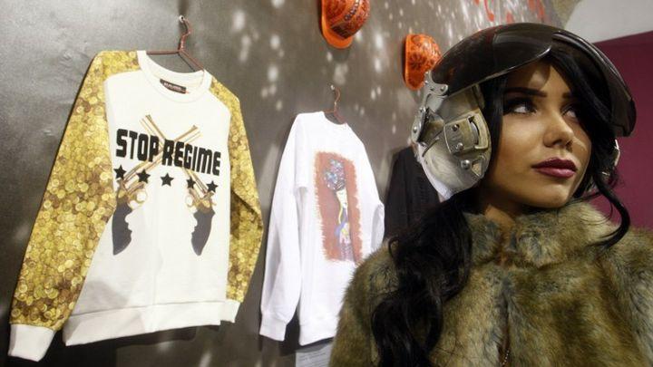 """Marques de .shirts avec les inscriptions """"Stop Poutin,"""", """"Glory for Ukraine"""".... présentés dans le cadre de la semaine de la mode (mars 2014)  (YURY KIRNICHNY / AFP)"""
